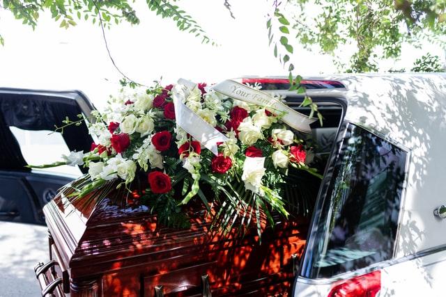 Jakie znaczenie mają kolory kwiatów w wieńcu pogrzebowym?